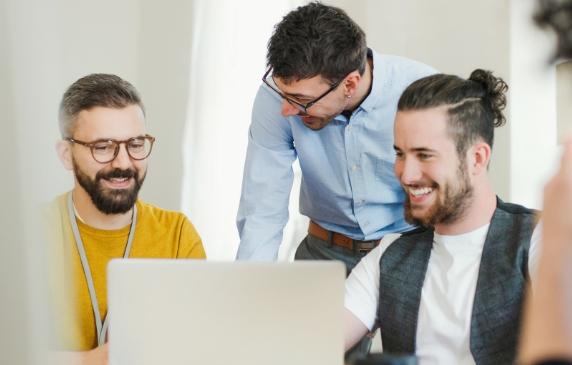 Drei Kollegen bei der Arbeit am Laptop